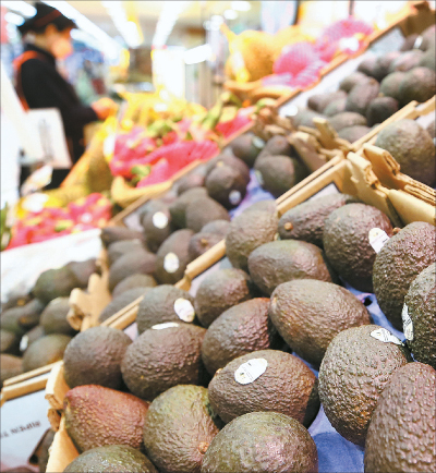 Avocados are on sale at a major discount mart in Seoul on Tuesday. Demand for avocados has gone up recently as rumors have spread that they boost immunity in fighting the coronavirus. [YONHAP]