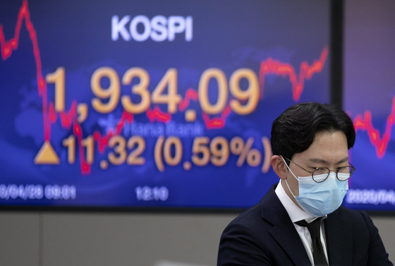 The screen in the dealing room of Hana Bank in Jung-district, central Seoul show the benchmark Kospi for April 28th. [YONHAP]