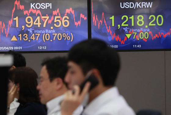 The screen in the dealing room of Hana Bank in Jung-district, central Seoul show the benchmark Kospi for Wednesday. [YONHAP]