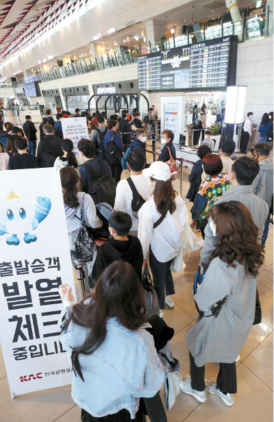 Travelers fill the domestic terminal of Gimpo International Airport in Gangseo District, western Seoul, Wednesday ahead of the holidays. [YONHAP]