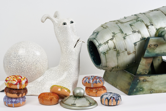 Kim uses a variety of colors of doughnuts to express hope, and often uses a snail as another motif. [HAKGOJAE GALLERY]