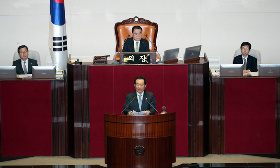 Prime Minister Chung Sye-kyun speaks to lawmakers after the second supplementary budget of 12.2 trillion won) was approved at the National Assembly on Thursday morning. [YONHAP]