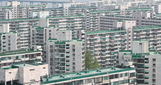 Major apartment complexes that are set for reconstruction work showed signs of price recovery over the long weekend holiday, which runs between April 30 and May 3. Prices for the Jamsil Jugong 5 Danji apartment complex in southern Seoul, pictured above, which fell to as low as 1.82 billion won last month due to heavy tax regulations, rose to 1.9 billion won this month. [YONHAP]