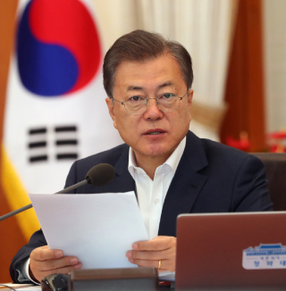 """In a cabinet meeting at the Blue House last week, President Moon Jae-in said Korea is 'in a state of war"""" in economic terms. [JOINT PRESS CORPS]"""