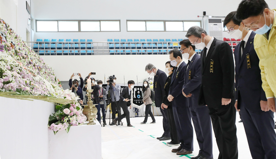 Government officials including Prime Minister Chung Sye-kyun, fifth from right, on Sunday pay their respects at a mourning altar for victims of a massive warehouse fire that killed 38 workers in Icheon, Gyeonggi. [YONHAP]