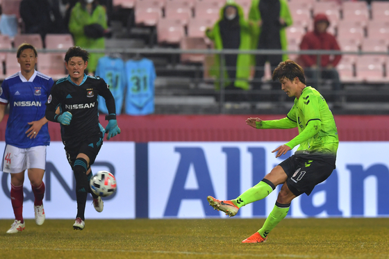 Cho, right, scores a goal during the Asian Football Association Champions League Group H match against Yokohama F. Marinos of the J1 League at Jeonju World Cup Stadium in Jeonju on Feb. 12. This was Cho's first goal as a Jeonbuk player.[JEONBUK HYUNDAI MOTORS FC]