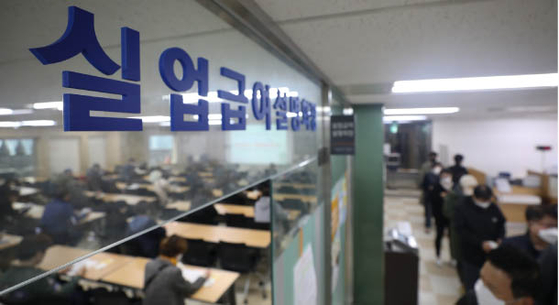 People sit in a room listening to a lecture on how to apply for government unemployment benefits on April 21, in the Work Plus Center located in Jung District central Seoul. [NEWS1]