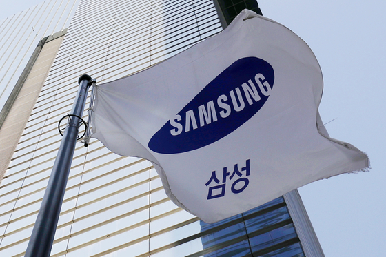 A flag with a Samsung logo is hung on the Samsung Electronic's headquarters located in Seocho-district, southern Seoul. [NEWS1]