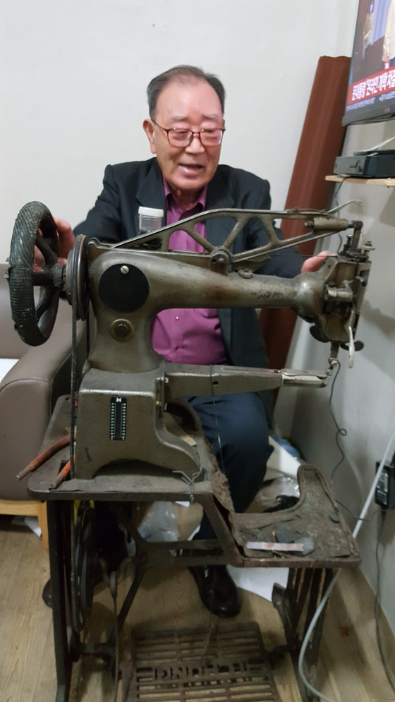 Kim Byeong-yang shows an industrial-grade sewing machine he used to repair luxury goods.  [Chonnam National University]