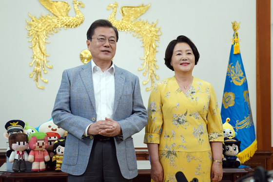 President Moon Jae-in and first lady Kim Jung-sook film a video message for Children's Day in the presidential office on April 29.[BLUE HOUSE]