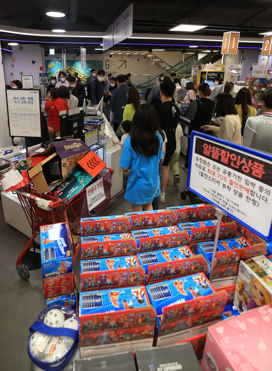 "The Toys ""R"" Us store in Jamsil, western Seoul, is packed with families making purchases. [YONHAP]"