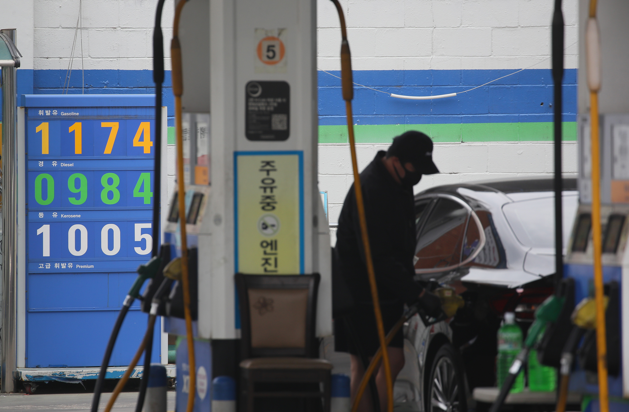 A gas station in Yangcheon District, western Seoul, advertises the price of gasoline at 1,174 won ($0.96) per liter on Tuesday. The weekly price of gasoline in Korea is expected to keep falling. [YONHAP]