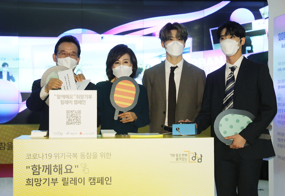 From left: Head of Gangnam District Office Jeong Sun-gyun, his wife Choi Kyeong-mi, Jaehyun and Doyoung of boy band NCT 127. [NEWS1]