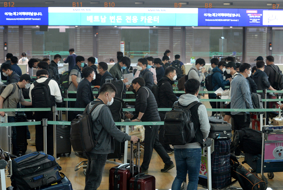 A group of 340 Korean businesspeople from 143 companies line up to depart from Incheon International Airport on chartered flights to Vietnam Wednesday after special entry procedures exempted them from a travel ban. [YONHAP]