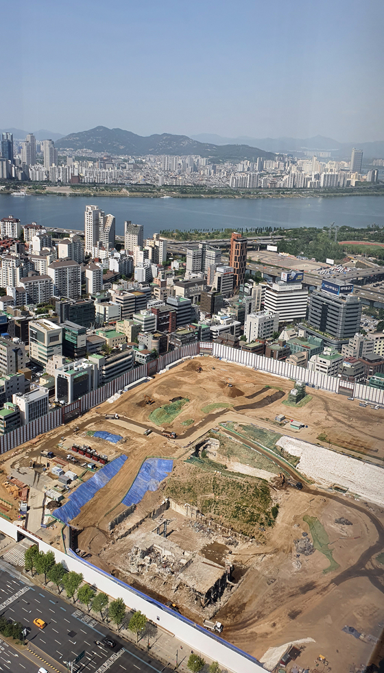 The view looking down on the construction site of Hyundai Motor's future headquarters in Samseong-dong, southern Seoul, Wednesday. The Seoul city government has approved the construction, which will start this month. [YONHAP]