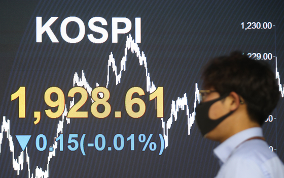 The screen in the dealing room of Hana Bank in Jung-district, central Seoul shows the benchmark Kospi for May 7. [YONHAP]