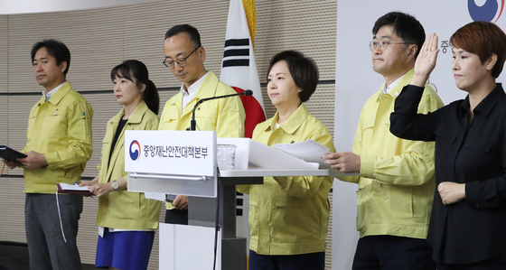 Minister of Food and Drug Safety Lee Eui-kyung, center, says that Korea will be expanding supply of masks overseas for humanitarian purposes during a briefing at the Central Disaster and Safety Countermeasure Headquarters on Thursday. [YONHAP]
