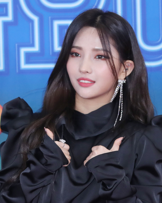 Above, group leader Soyeon, who has been praised for her talent and leadership, which industry insiders cite as key factors for the group's growing popularity. [ILGAN SPORTS]