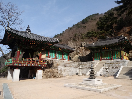 One of many temples hikers will pass on a trail in Mount Chiak National Park in Wonju, Gangwon. [BAEK JONG-HYUN]