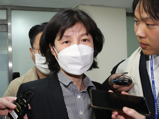 Yang Jung-suk, a lawmaker-elect of the Citizen Party, leaves the party headquarters building on April 28 after the party's ethics tribunal meeting to expel her. YONHAP