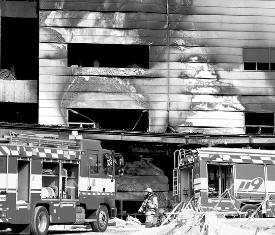 Firefighters put out a blaze at a warehouse construction site in Icheon, Gyeonggi, on Wednesday, which killed 38 workers. The fire broke out around 1:30 p.m., and several workers were injured. There were around 200 people on the site at the time of the fire. Icheon is home to a large number of warehouses. [YONHAP]