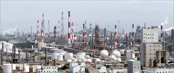 SK Innovation's petrochemical plants in Ulsan on Wednesday. [YONHAP]