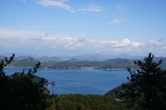 View from a trail by the sea in Hallyeohaesang National Park in Tongyeong, South Gyeongsang. [BAEK JONG-HYUN]