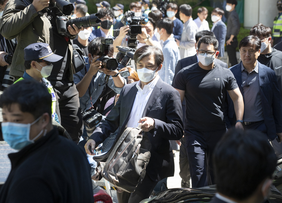 Former Justice Minister Cho Kuk leaves the Seoul Central District Court on Friday after his first trial on a slew of corruption charges. [YONHAP]