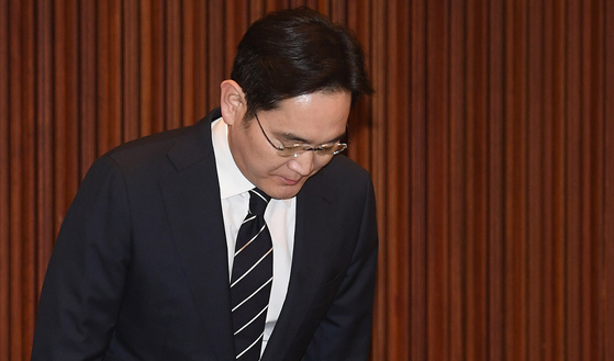 Lee Jae-yong, the vie-chairman of Samsung Electronics, bows in apology at a press conference held Wednesday. [JANG JIN-YOUNG]