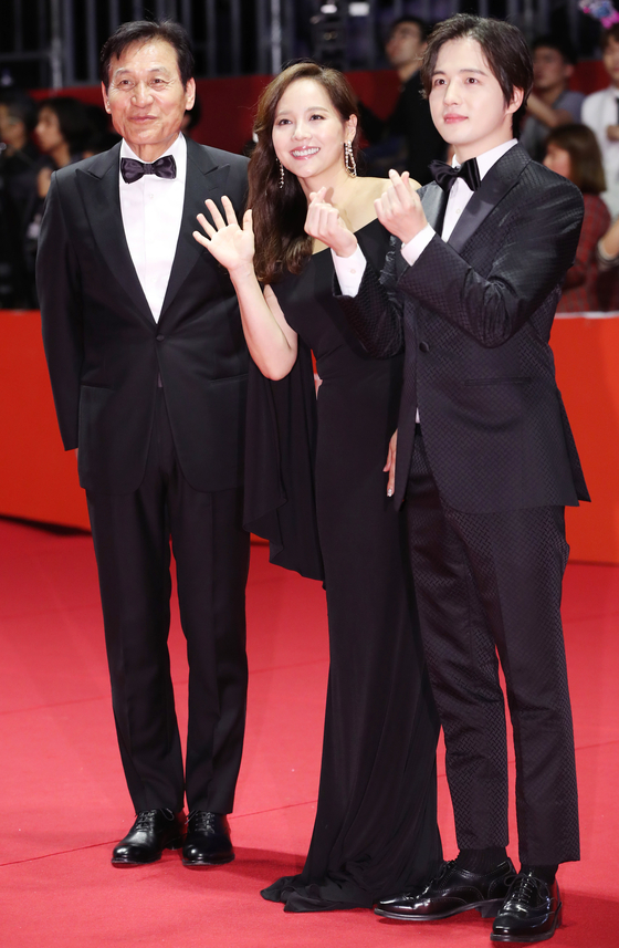 """From left, actors Ahn Sung-ki, Eugene and Kim Hye-seong of the film """"Paper Flower"""" walk the red carpet at the opening of the 24th Busan International Film Festival (BIFF) on Oct. 3. [YONHAP]"""
