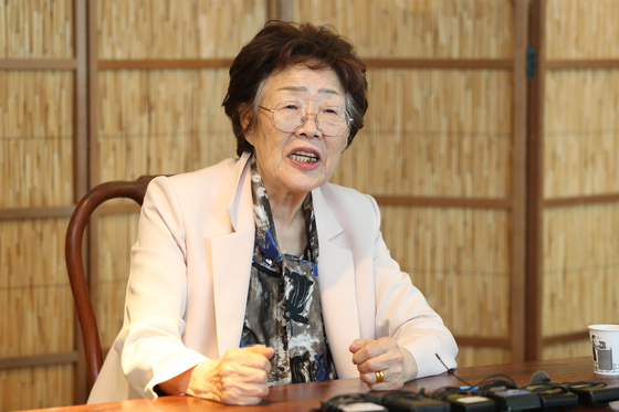 Lee Yong-soo, survivor of Japan's wartime sexual slavery, talks at a press conference in Daegu on Thursday to criticize a civic group and activists for having exploited the victims for three decades. [YONHAP]