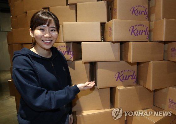 Market Kurly CEO and founder Sophie Kim at a press event held in October to promote the use of environmentally-friendly packaging for deliveries. The e-commerce operator recently secured a $163 million investment. [YONHAP]