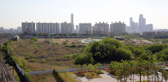 An empty lot near Yongsan station in central Seoul. The government plans to build an apartment complex with 8,000 units on the lot. [YONHAP]