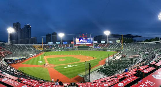 A photo of an empty Sajik Baseball Stadium in Busan on Saturday. [KANG YOO-RIM]