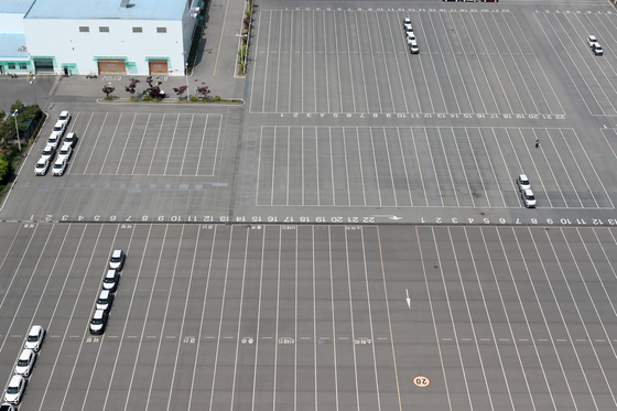 A parking lot at Kia Motors' plant in Gwangjusits nearly empty on Monday. Kia halted one of the production lines at the plantfrom April 27 through May 8 after overseas orders dropped due to the pandemic. The Korean automaker will again suspend productionfor a week starting May 25. [YONHAP]