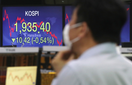 Closing Kospi is displayed on the screen of the dealing room of Hana Bank in Jung-district, central Seoul, Monday. The Kospi closed 10.42 points lower than the previous session at 1,935.40 [YONHAP]