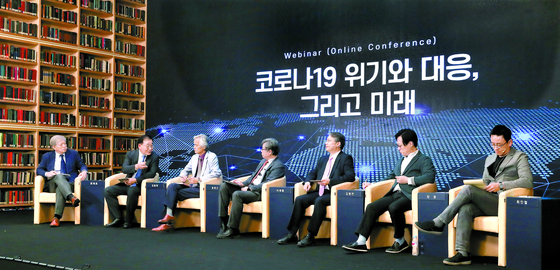 Opinion leaders discuss life after the pandemic at the Chey Institute for Advanced Studies in Gangnam District, southern Seoul. From left are Yeom Jae-ho, former president of Korea University; Kim Yong-hak, former president of Yonsei University; Song Ho-keun, chair professor of humanities and social science at Pohang University of Science and Technology; Yee Jae-yeol, professor of sociology at Seoul National University (SNU); Kim Byung-yeon, professor of economics at SNU; Jaung Hoon, professor of political science and international relations at Chung-Ang University; and Choi In-cheol, professor of psychology at SNU. [LIM HYUN-DONG]