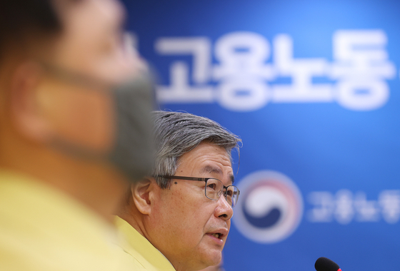 Employment and Labor Minister Lee Jae-kap speaks at a task force for jobs at the Seoul Regional Employment and Labor Administration's office in Seoul on Monday. [YONHAP]