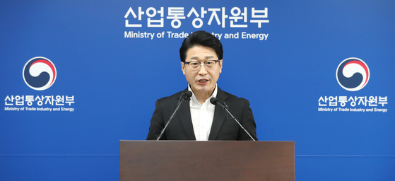 Lee Ho-hyeon, the Trade Ministry's director-general for international trade policy, asks the Japanese government to roll back export restrictions, placed on Korea in July 2019, Tuesday at the ministry's headquarters in Sejong. [YONHAP]