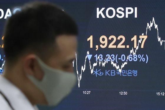 The screen in the dealing room of Hana Bank in Jung-district, central Seoul shows the benchmark Kospi for May 12. [YONHAP]