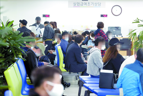 People wait at the employment service center in Seoul to apply for jobless benefits. According to the Ministry of Employment and Labor, payments disbursed to recipients last month increased by 34.6 percent on year. [YONHAP]
