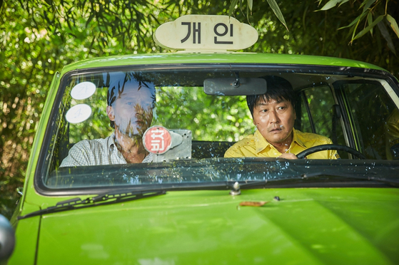 """A scene from """"A Taxi Driver"""" (2017) starring actor Song Kang-ho, right, and Thomas Kretschmann, left. [KOREA FILM ARCHIVE]"""