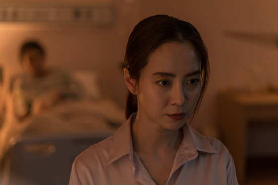 "Mysterythriller ""Intruder,"" featuring Song Ji-hyo, above, and Kim Moo-yul, will be released on June 4. The film was initially scheduled for premiere on May 21, but the film's distributors pushed back the date after a rise in coronavirus infections connected to central Seoul's Itaewon-dong neighborhood broke out last week. [ACEMAKER MOVIEWORKS]"