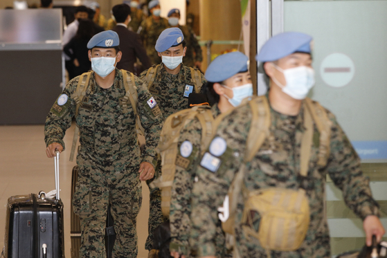 Soldiers from Hanbit Unit, Korea's peacekeeping troops in South Sudan, arrive at Incheon International Airport on March 28, completing their eight-month mission. The 12th batch of the Hanbit Unit departs for their rotation on a chartered flight next week after travel delays amid the coronavirus pandemic. [NEWS1]