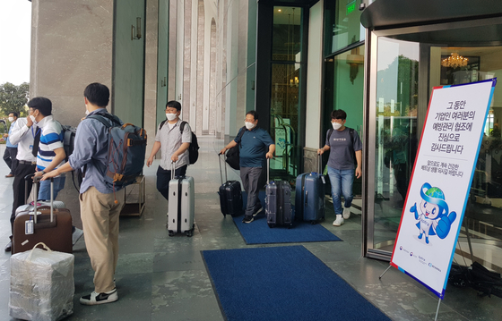 Korean employees working for 143 local firms in Vietnam exit a hotel in Quang Ninh Province, northern Vietnam, on Wednesday after two weeks of mandatory quarantine. The Vietnamese government granted special entry to 340 Korean employees, all of whom were airlifted to Vietnam on two chartered flights on April 29. [YONHAP]