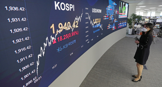 An employee looks at the benchmark Kospi index displayed on the screen attached to the walls of dealing room of KB Kookmin Bank, in the financial district of Yeouido, western Seoul, Wednesday. [YONHAP]
