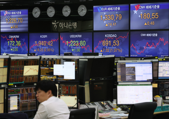 Employees are working at the dealing room of Hana Bank in Jung-district, central Seoul, Wednesday. The benchmark Kospi added gains by 18.25 points or 0.95 percent to close at 1,940.42. [YONHAP]