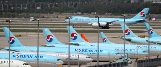 Korean Air Lines carriers at the Incheon International Airport on Wednesday. The airline on Wednesday announced it will issue 1 trillion won ($816 million) worth of new shares. [YONHAP]