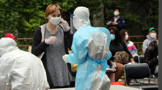 A foreign student gets tested for Covid-19 at a community health center in Seongdong District, eastern Seoul, on Tuesday after quarantine authorities revealed that 102 coronavirus cases are linked to clubs and bars in Itaewon-dong in central Seoul. [YONHAP]