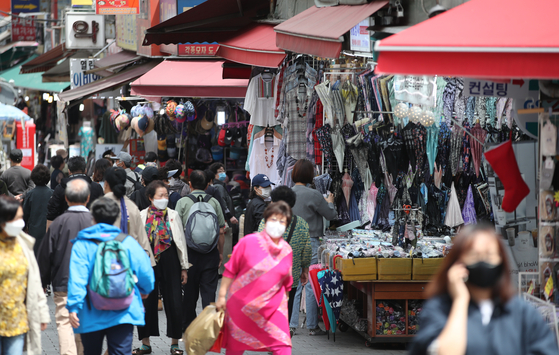 Namdaemun Market in Jung-district, central Seoul, is filled with grocery shoppers Thursday, two days after emergency disaster funding was distributed by the central government. Relief grants can only be used in traditional markets and local businesses. [YONHAP]